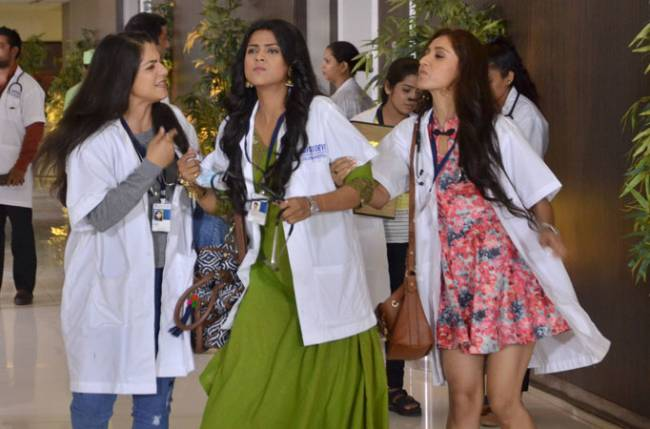 Saanchi & Isha to compete in a rose competition in Savitri Devi College & Hospital