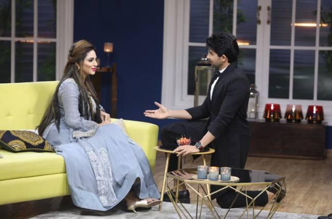 Arshi Khan makes Hussain Kuwajerwala go down on his knees on JuzzBaatt