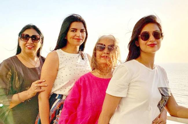Divyanka Tripathi Dahiya's happy time with her family