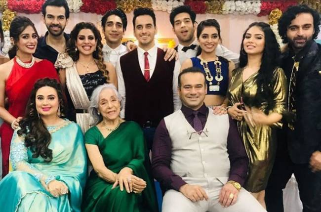 Game-on: The cast of Kahaan Hum Kahaan Tum indulges into a card mania